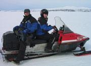 Fotograf Roger og producer Ågot køyrer snøscooter.