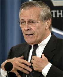 Rumsfeld må forsvare seg mot stadig krassere anklager i forbindelse med fangeskandalen, men til nå har Bush villet beholde ham i regjeringen (Scanpix/Reuters)
