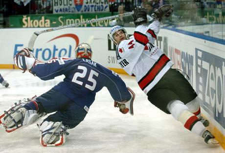 Canadas Rob Niedermaier takler den slovakiske keeperen Lasak, men blir ikke avblåst og dette avgjør kampen. (Foto: AFP)
