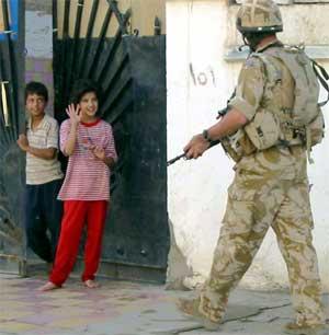 En irakisk pike vinker til en brite i Basra søndag. Nå vil også flertallet av den britiske befolkningen ha soldatene ut av Irak. (Scanpix / AFP / Nawfal Hashim)
