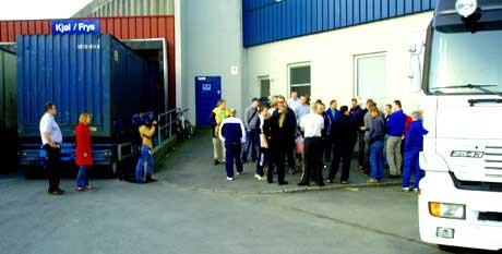 De vel 30 arbeiderne ved Rema 1000 sitt lager i Kanalveien i Bergen møtte stengte dører da de kom på jobbb klokken sju i morges. (Foto: Jan Isdahl)
