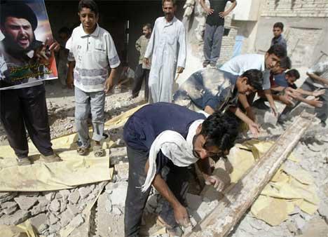 Irakere rydder opp etter bombingen av kontoret til al-Sadr. (Foto: Scanpix / AFP / Ramzi Haidar)