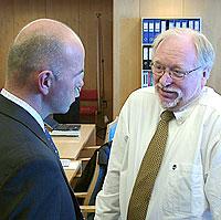 Atle Helljesen (t.h.) og aktor Erling Grimstad. Foto: Ivar Jensen, NRK.