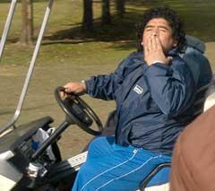 Diego Maradona spilte golf for helsens skyld, men ble innlagt på sykehus igjen. (Foto: AFP/Scanpix)