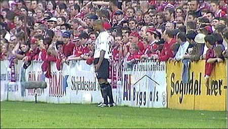 Brann-supporternes hets mot Sogndals Robbie Russel har satt fokus på rasisme blant supporterklubbene til Tippeliga lagene. (Foto: NRK)