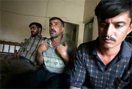 -Jeg skulle ønske noen kunne ta et bilde av Camp Bucca, ønsket de tidligere fangene Rahad Naif, Saad og Hassan. Nå viser CBS hvordan de amerikanske soldatene så på dem (Foto Scanpix/AP)