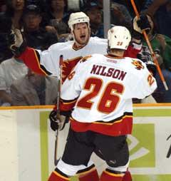 Calgary Flames Shean Donovan jubler sammen med Marcus Nilson etter å ha gjort 2-0 i første periode. (Foto: AP/Scanpix)
