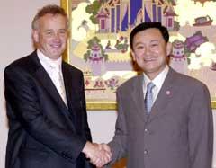 Liverpool-sjef Rick Perry sammen med Thaksin Shinawatra. (Foto: AP/Scanpix)