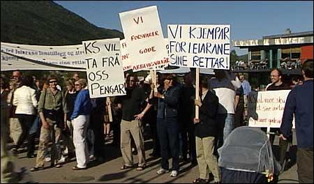 Frå demonstrasjonen i Førde i går. (Foto: Randi Indrebø)