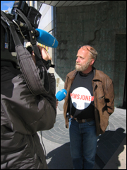 Streikeleiar for journalistane i Møre og Romsdal, Svein Bjørnerem intervjues av NRK. Foto: Gunnar Sandvik NRK Møre og Romsdal