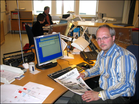 Ansvarlig redaktør Arnt Sommerlund i Romsdals Budstikke vil forsøke å lage avis sammen med sine medredaktører. Her i en redaksjon uten streikende journalister. Foto: Gunnar Sandvik NRK Møre og Romsdal