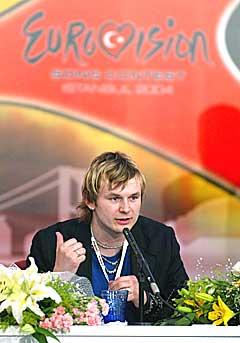 - Å, hva heter'n igjen? Knut Anders Sørum svarer på spørsmål fra en internasjonal presse i Istanbul på søndag. Fotografen var ikke norsk. Foto: Aykut Akici, Scanpix Sverige.