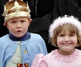 Mange barn hadde kledd seg ut som prinser og prinsesser på Rådhusplassen. Foto: Sven Nackstrand, AFP