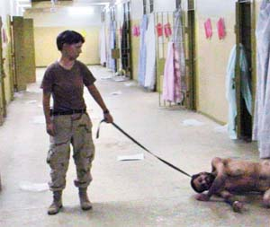 Bildet fra Abu Ghraib-fengselet som ble selve symbolet på fangemishandlingen. (Scanpix-foto)