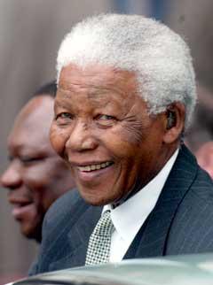 Nelson Mandela skal skaffe VM til Sør-Afrika. (Foto: Reuters/Scanpix)
