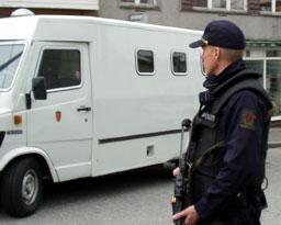 Kjell Alrich Schumann ble fraktet under streng bevokning da han ankom Stavanger tingrett torsdag 13. mai. Foto: Siri Bjelland Berven