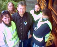 9 av de ansatte blant annet i kantinen på Kollsnes er i streik, likevel holder kantinen åpen. Reidar Stormark (midten) mener ledelsen på Kollsnes driver streikebryteri.