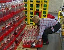De ansatte ved E. C. Dahls frykter slutt på returordningen for flasker dersom emballasjeavgiften forsvinner. (Foto: NRK)