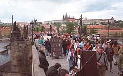 Karlsbrua og utsikten til Praha-borgen er blant Europas største attraksjoner, og turistene kjenner sin besøkelsestid i disse dager.