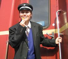 Konduktøren (som Unni har kledd seg ut som her) har en viktig jobb. (Foto: NRK)