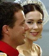 Et lykkelig brudepar under vielsen. (Foto: NRK)