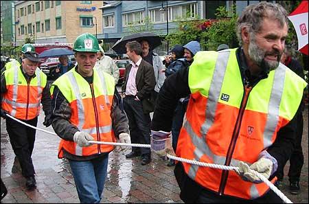 Førde-ordførar Nils Gjerland, varaordførar Norvall Nøringset og formannskapsmedlem Harald Sandvik stilte med hanskar - noko som vart påtala av motstandarane. (Foto: Arild Nybø)