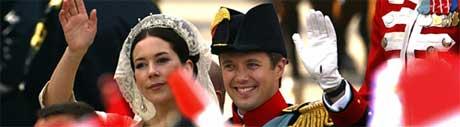 Kronprinsesse Mary og kronprins Frederik i kareten på vei fra vielsen