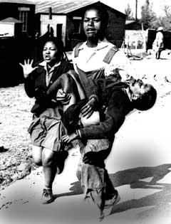 En student bærer drepte Hector Peterson under massakren Soweto i 1976. Massakren førte til at Sør-Afrika ble kastet ut av FIFA. (Foto: AP/Scanpix)