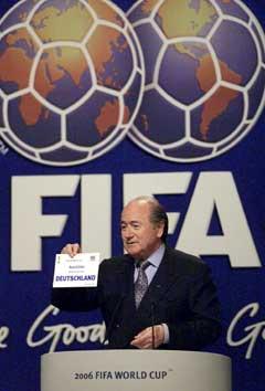 Skuffelsen var stor i Sør-Afrika da Sepp Blatter gjorde det klart at Tyskland fikk VM i 2006. (Foto: AP/Scanpix)