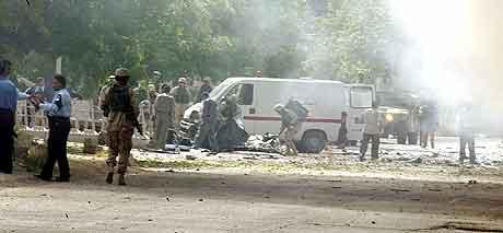 Politiet undersøker stedet der bilbomben gikk av.