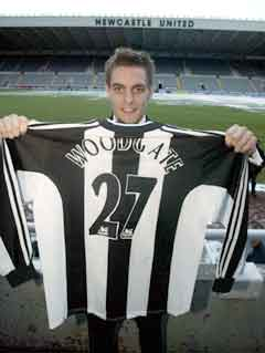 Jonathan Woodgate viste frem trøya da han gikk til Newcastle i januar 2003. (Foto: AP/Scanpix)