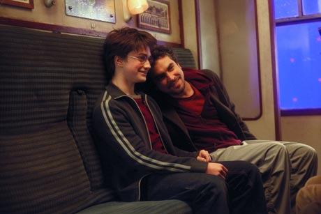 """Skuespiller Daniel Radcliffe (t.v.) og regissør Alfonso Cuarón tar en hvil i bakken under innspillingen av """"Harry Potter og fangen fra Azkaban"""" (Foto: Warner Bros./Sandrew Metronome)"""