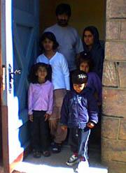 Denne familien frå Pakistan har søkt kyrkjeasyl i Kviteseid.