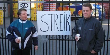 Streikevakter utenfor Aass Bryggeri.