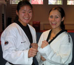 Nina Solheim og Unni i taekwondo-utstyr.