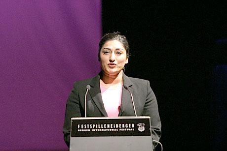 Shabana Rehman holdt åpningstalen på for Festspillene 2004. Foto: Arne Kristian Gansmo.