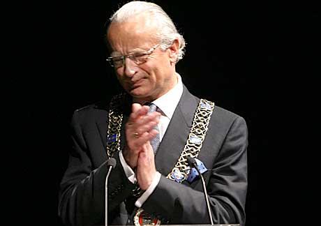 Bergens ordfører Hermann Friele fikk med seg publikum på en varm applaus for den forrige festspilldirektøren Bergljót Jónsdóttir. Foto: Arne Kristian Gansmo, NRK.no/musikk.