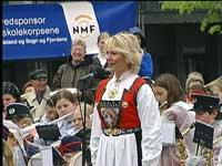 Marianne Juvik sang for kongeparet under den folkelige uofisielle åpningen på Ole Bulls Plass. Foto: Dag Harald Kvammen Andersen/NRK.