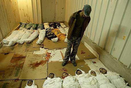 En palestiner leter etter en av sine slektninger blant de omkomne i Gaza. (Foto: AFP/Mahmud Hams)