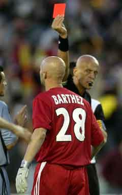 Pierluigi Collina viste ut Fabien Barthez i UEFA-cupfinalen. (Foto: Reuters/Scanpix)