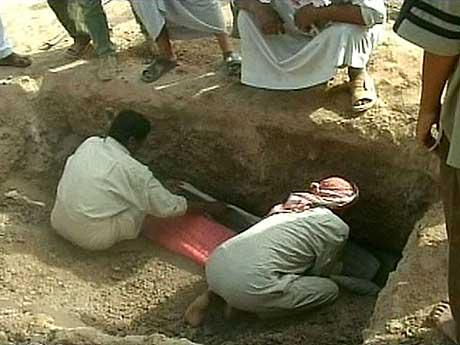 Irakere begraver en av de drepte etter USAs angrep. (Foto: APTN)
