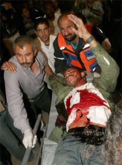 En såret palestiner bæres inn på Najar-sykehuset i Gaza etter den israelske aksjonen. (Foto: AP/Scanpix)