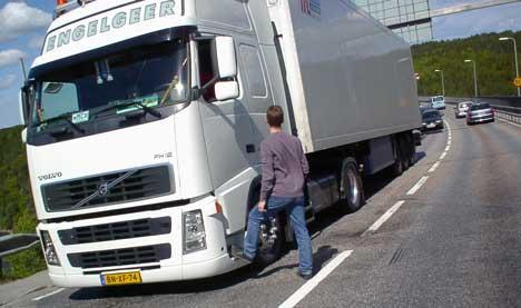 Den hollandske traileren blokkerte trafikken fullstendig da den havarerte på Svinesundbrua på vei mot Sverige torsdag ved middagstider. Foto Rainer Prang NRK.