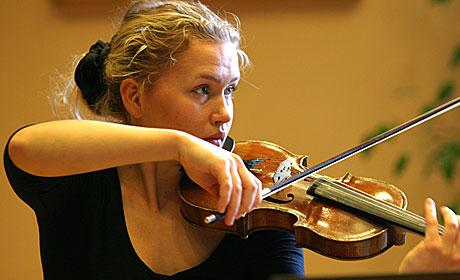 19 år gamle Mari Silje A. Samuelsen spiller sammen med sin tr eår eldre bror Håkon. Foto: Arne Kristian Gansmo, NRK.no/musikk.