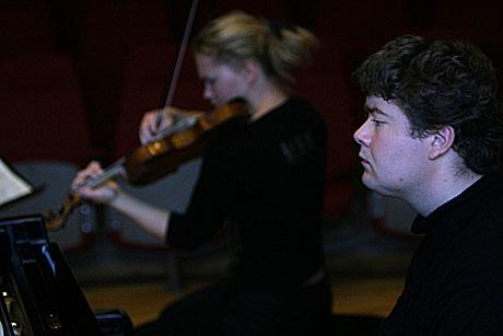 Steffen Horn spiller klaver sammen med søskenparet A. Samuelsen. Foto: Arne Kristian Gansmo, NRK.no/musikk.
