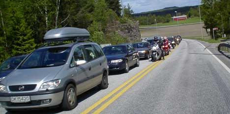 Trafikken på E6 var stillestående i flere timer etter at traileren havarerte på Svinesundbrua. Foto: Rainer Prang NRK.