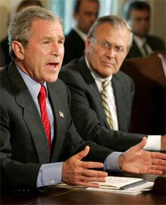 Bush med sin forsvarsminister Donald Rumsfeld, en av arkitektene bak Irak-krigen. (Foto: Reuters/Scanpix)