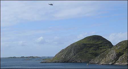 Eit redningshelikopter i søk over Frøysjøen. Det vart også føreteke strandsøk, og søk frå båtar. (Foto: Odd Tore Frøyen)