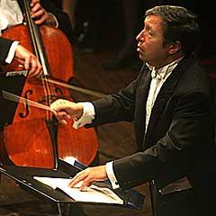 og dirigerte det kjente engelske kammerorkesteret Academy of St. Martin in the Fields på Festspillene 2004. Foto: Arne Kristian Gansmo, NRK.no.