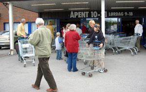 Folk strømmet inn i butikken, når dørene ble åpnet igjen. (Foto: Ola B. Strande)